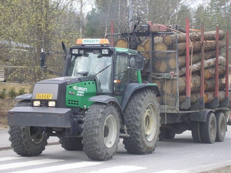 800px-Valtra_lumber_tractor_Jyväskylä